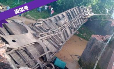 橋斷了!火車墜河5死逾百傷