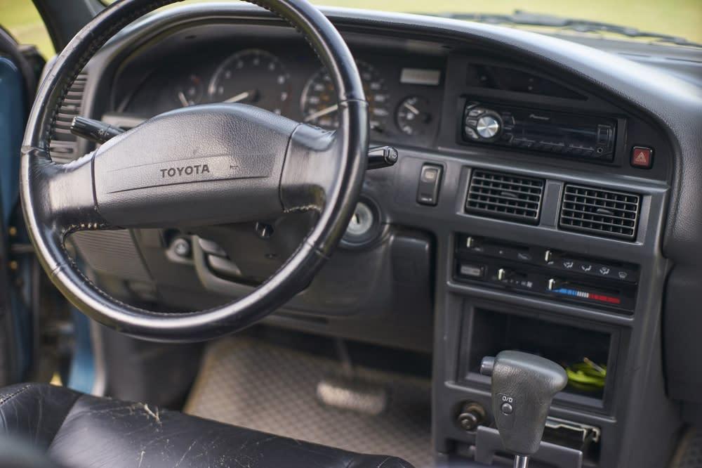 Corolla-05 簡潔的一字型方向盤、四速自排附加超比檔