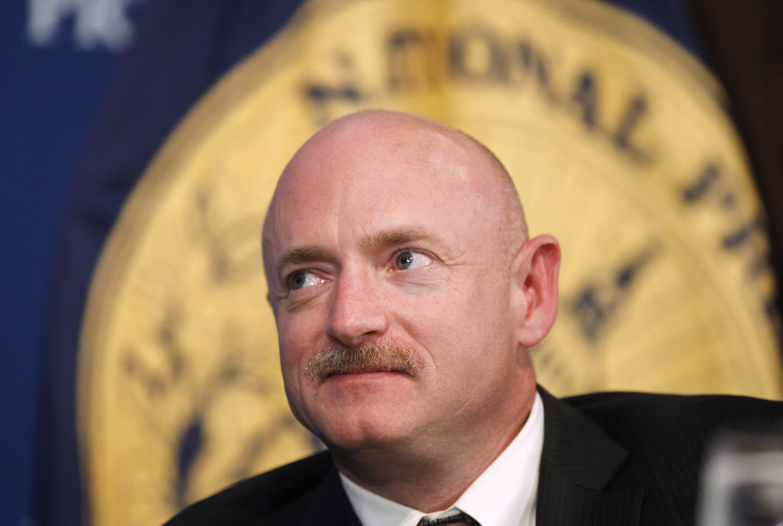 档案-在2011年7月1日星期五,档案照片中,受伤的众议员加布里埃尔·吉福德(Daniel Gaifielle Giffords)的丈夫,美国宇航局航天飞机宇航员马克·凯利上尉在华盛顿国家新闻俱乐部的午餐会上聆听。 如果亚利桑那州民主党人马克·凯利(Mark Kelly)赢得美国参议院议席,他可能最早在2020年11月30日就任。凯利的胜利将在关键时刻缩小共和党在参议院的多数席位,并使确认唐纳德·特朗普总统至高无上的道路更加复杂。法院提名人。 (美联社照片/查尔斯·达拉帕克,档案)