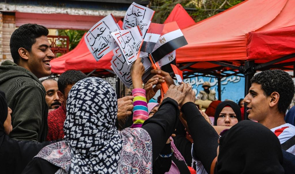 """Banners and streamers calling on Egyptians to """"Do the right thing"""" have filled the streets as supporters of additional powers for the president urge voters to turn out and say yes (AFP Photo/Khaled DESOUKI)"""