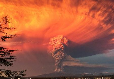 Smoke and ash rise from the Calbuco volcano as seen from the city of Puerto Montt, Chile, April 22, 2015. REUTERS/Rafael Arenas