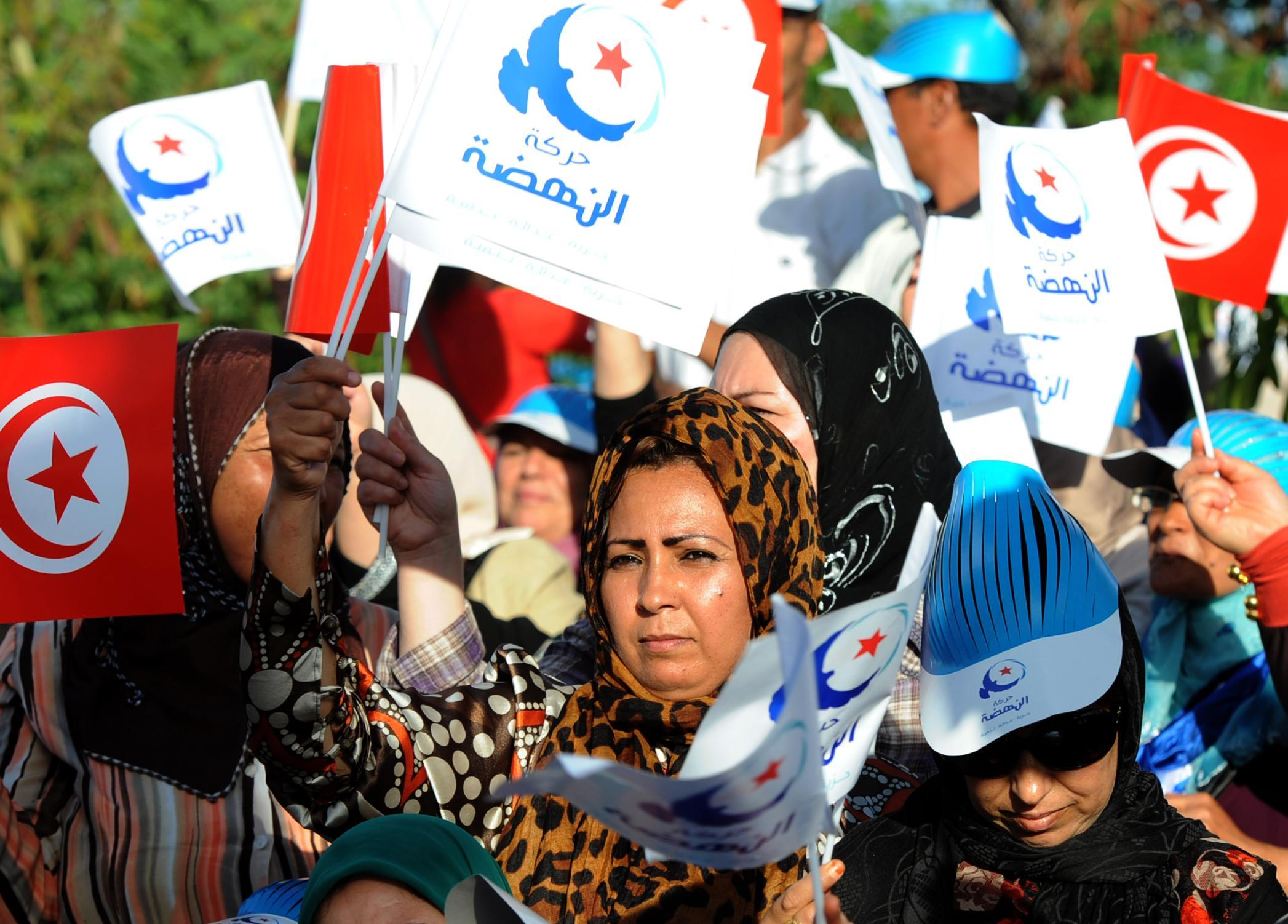 Tunisian supporters of Rached Ghannouchi wave flags during an election rally in Bizerte, on October 15, 2014 (AFP Photo/Fethi Belaid)