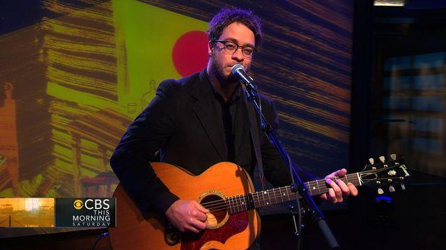 Second Cup Cafe: Amos Lee performs