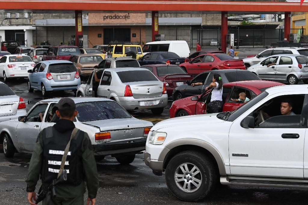 Vehicle owners queue for fuel in Caracas as Venezuela grapples with 50 percent shortages despite its vast oil reserves (AFP Photo/Marvin RECINOS)