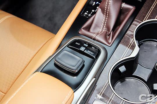 12.3吋螢幕幾乎包辦了所有的功能設定與調整,空調介面也可藉此設定,不過選單有些繁雜,若非Lexus車主,類似滑鼠的操縱桿在手感與回饋方面需花點時間摸索。