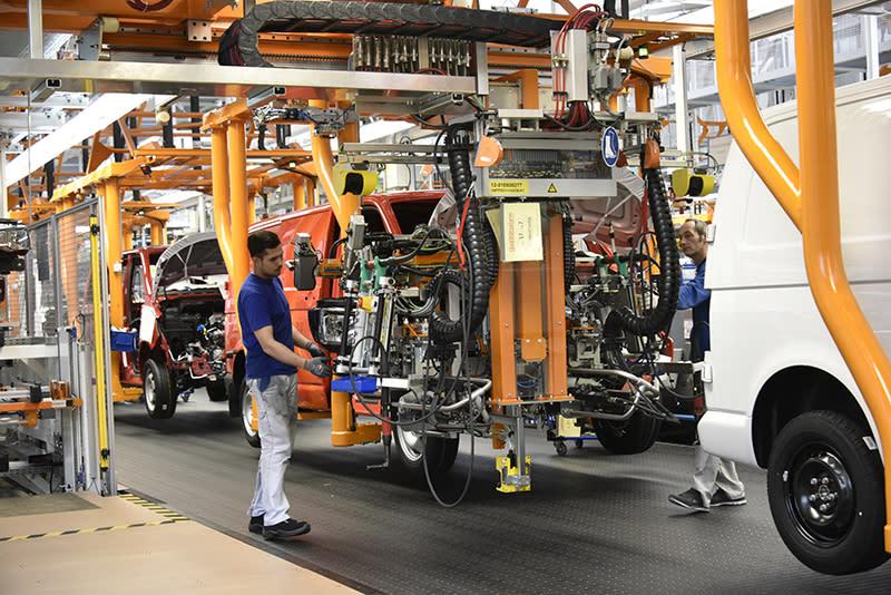 動力部分是經由機械與人力相配合組裝,以確保完美無瑕疵。