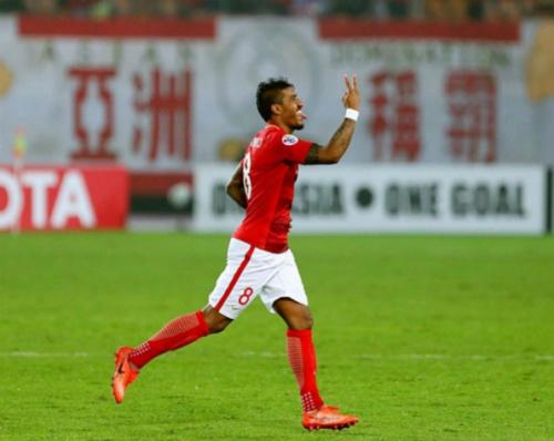 Paulinho marca em vitória do líder Guangzhou; Alex Teixeira faz um