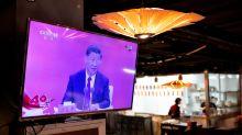 Xi a Shenzen per uno schiaffo a Hong Kong. Ma la sua tosse prende la scena