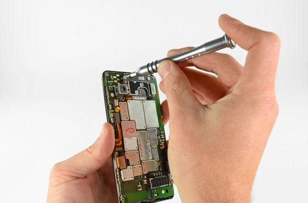iFixit picks the Droid Bionic to disassembled pieces