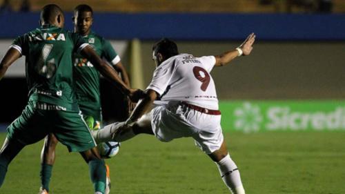 Jogadores do Flu criticam Aylon, do Goiás, por pênalti sofrido: 'Se jogou'