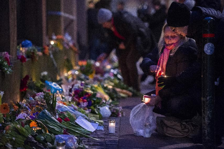 Well wishers bring flowers and light candles to honour the shooting victims outside the main Synagogue in Copenhagen, Denmark on February 15, 2015 (AFP Photo/Odd Andersen)