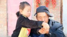 Criança de apenas 6 anos cuida do pai paraplégico na China