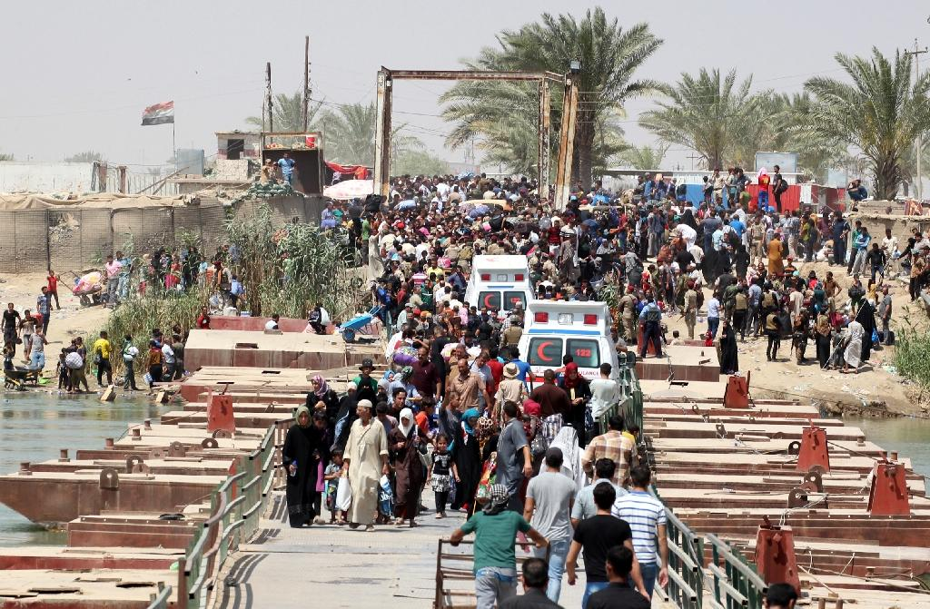 Iraqi residents flee the city of Ramadi, Iraq, on May 20, 2015 (AFP Photo/Sabah Arar)