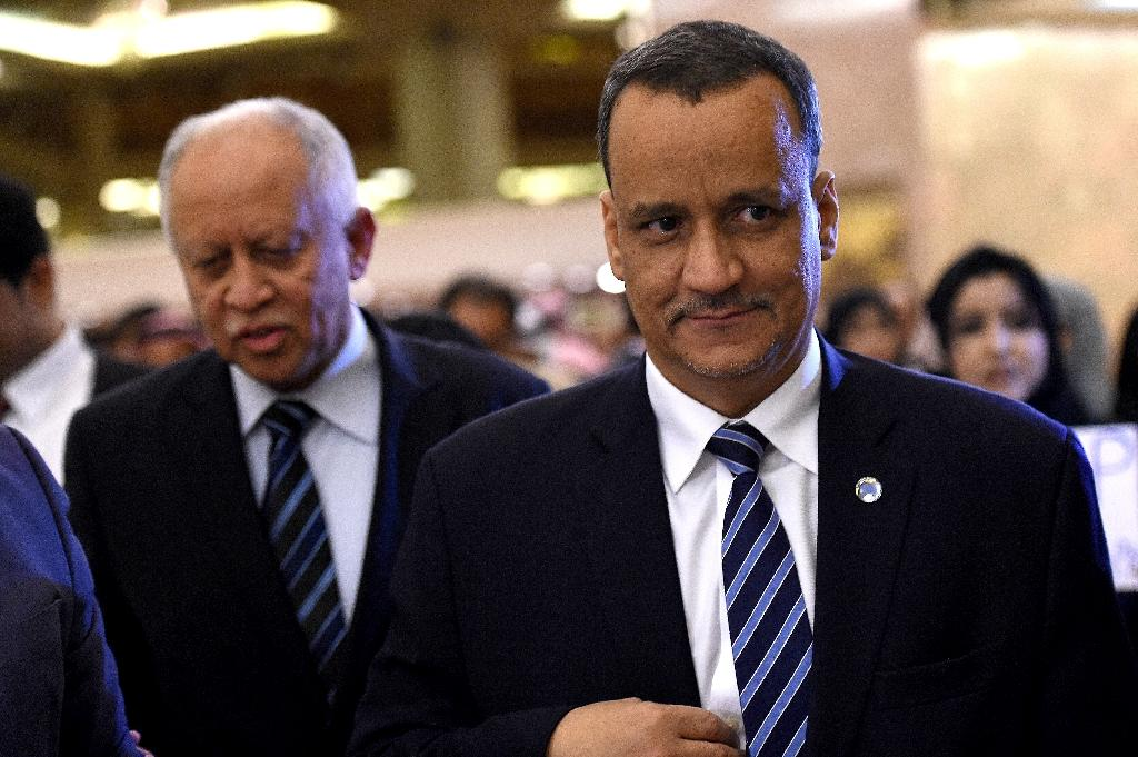 UN's envoy to Yemen, Ismail Ould Cheikh Ahmed (R), walks alongside Yemeni Foreign Minister Riad Yassin before their meeting in the Saudi capital Riyadh on July 1, 2015 (AFP Photo/Fayez Nureldine)