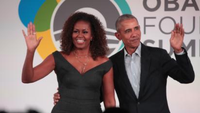 Barack Obama kisses Michelle in cute tribute