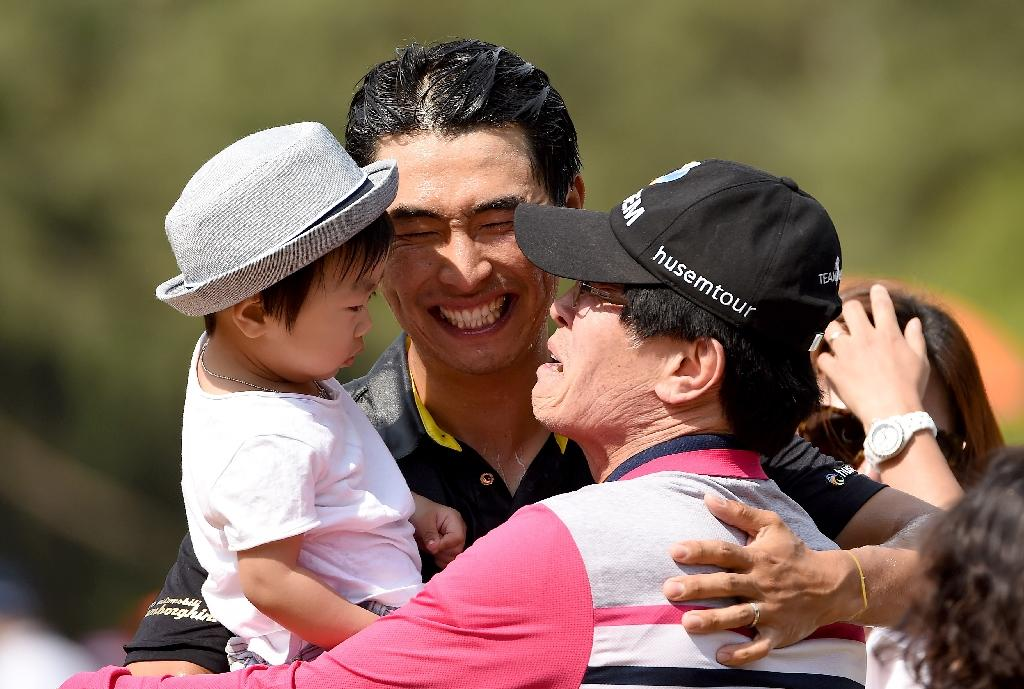 Moon Kyong-Jun (C) celebrates his victory at the Maekyung Open with his family on May 17, 2015 (AFP Photo/Paul Lakatos)
