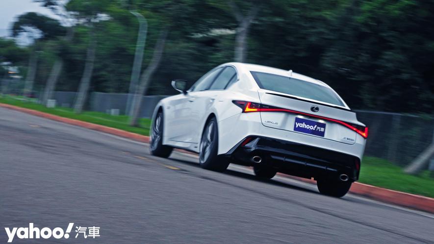 跑格煉成陣下的折衷之作!2021 Lexus小改款IS300h F Sport試駕 - 14