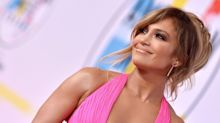 Jennifer Lopez just hit the beach in a natural messy bun and I'm obsessed