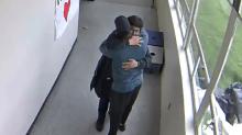 El conmovedor video del entrenador que desarmó y abrazó a un estudiante que iba a suicidarse en la escuela