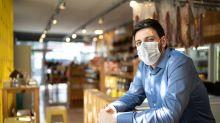 Panettiere invita il cliente ad indossare la mascherina, lui risponde picchiandolo