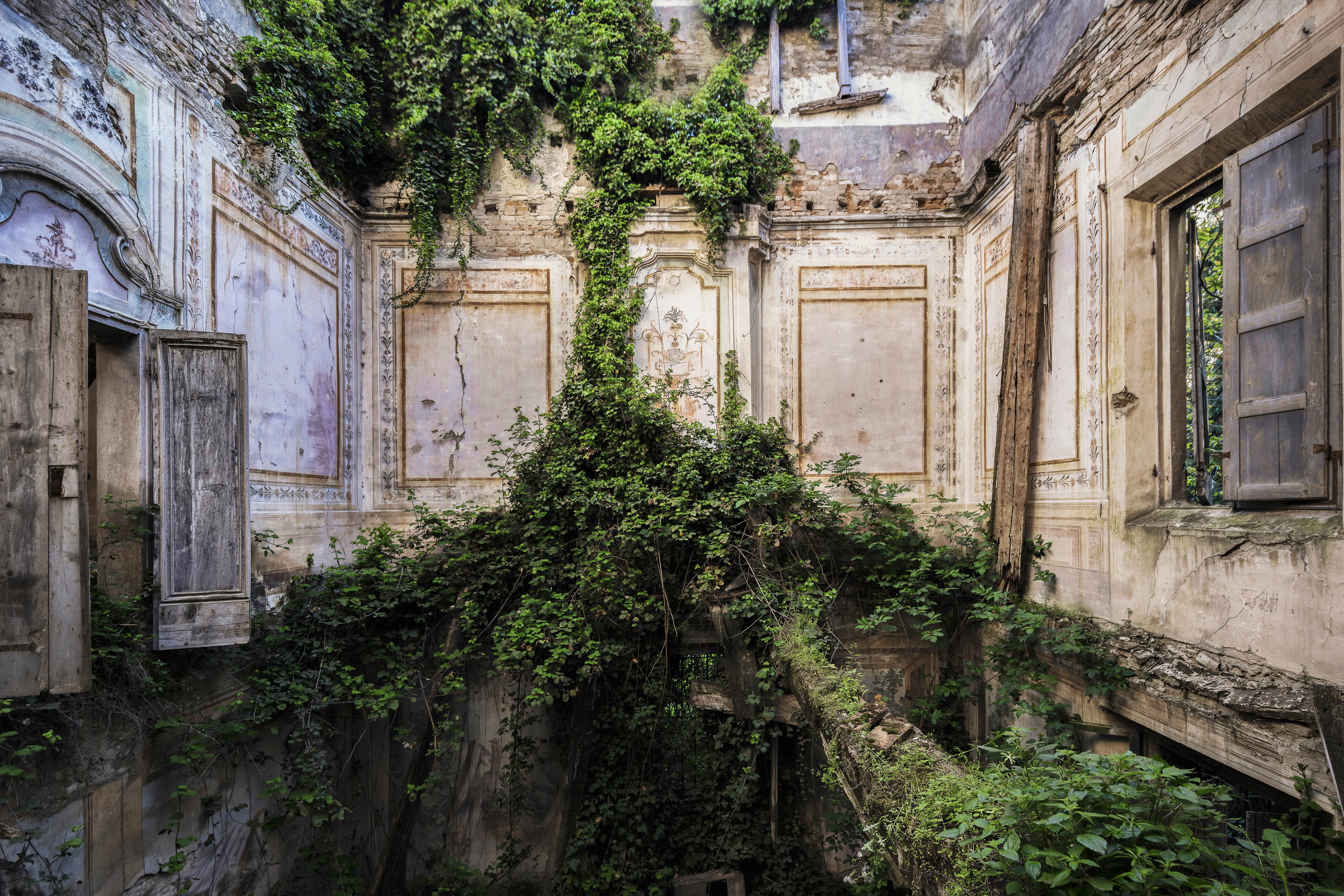<p>This villa in Italy has been fighting against nature for some time. (Photo: James Kerwin/Caters News) </p>
