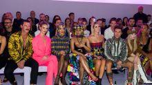 La sfilata di Versace a Milano, tra gli ospiti anche Fedez e Chiara Ferragni