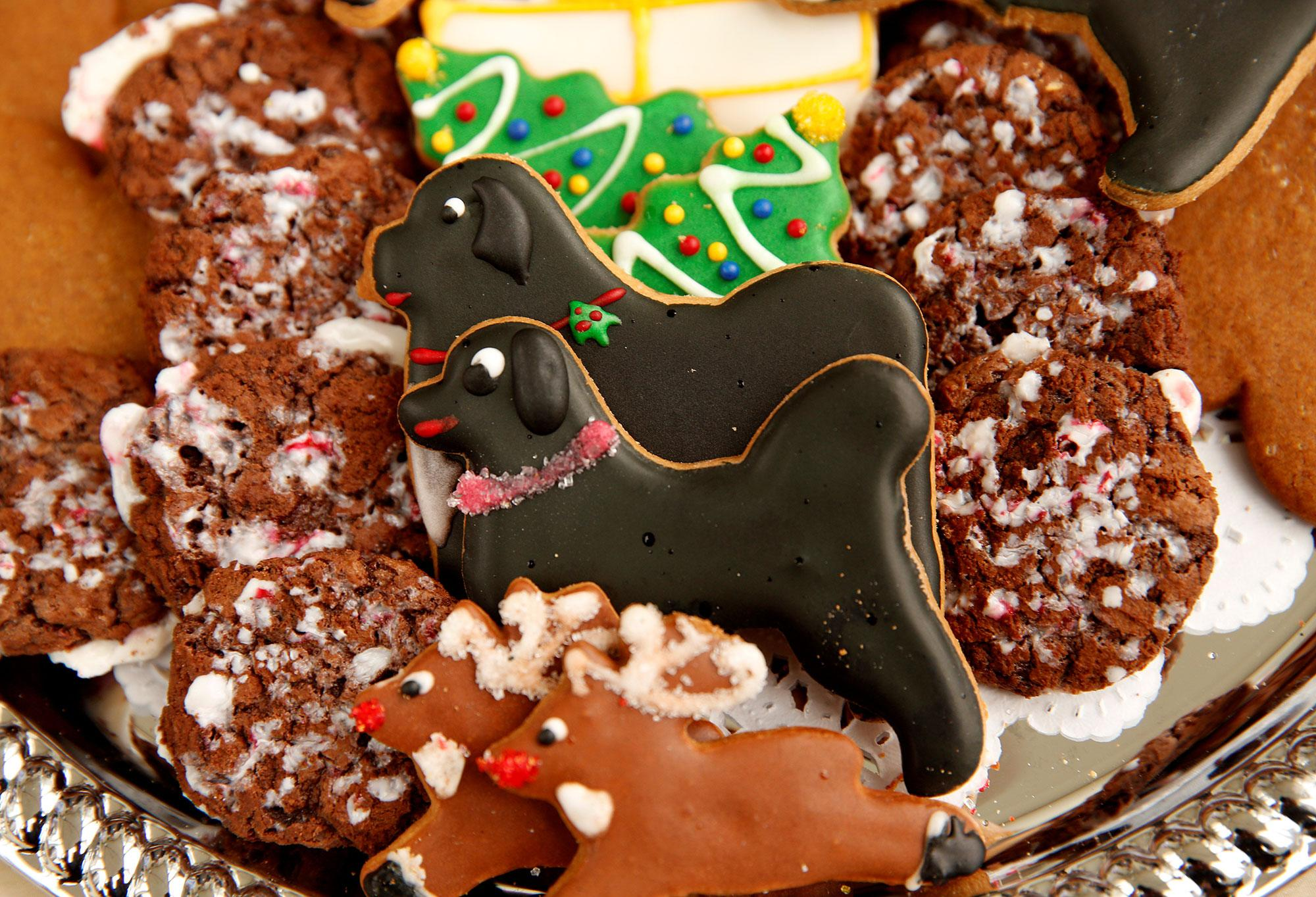 <p>Christmas cookies of Obama family dogs Sunny and Bo sit on a tray during a holiday decor preview at the White House in Washington on Nov. 29, 2016. (Photo: Kevin Lamarque/Reuters) </p>