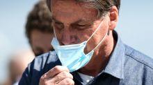 Brésil : Bolsonaro confond un homme nain avec un enfant et le porte sur ses épaules