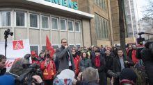 Berlin-Moabit: Menschenkette gegen Stellenabbau bei Siemens