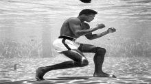 La icónica imagen del entrenamiento acuático del boxeador Cassius Clay que resultó ser un bulo