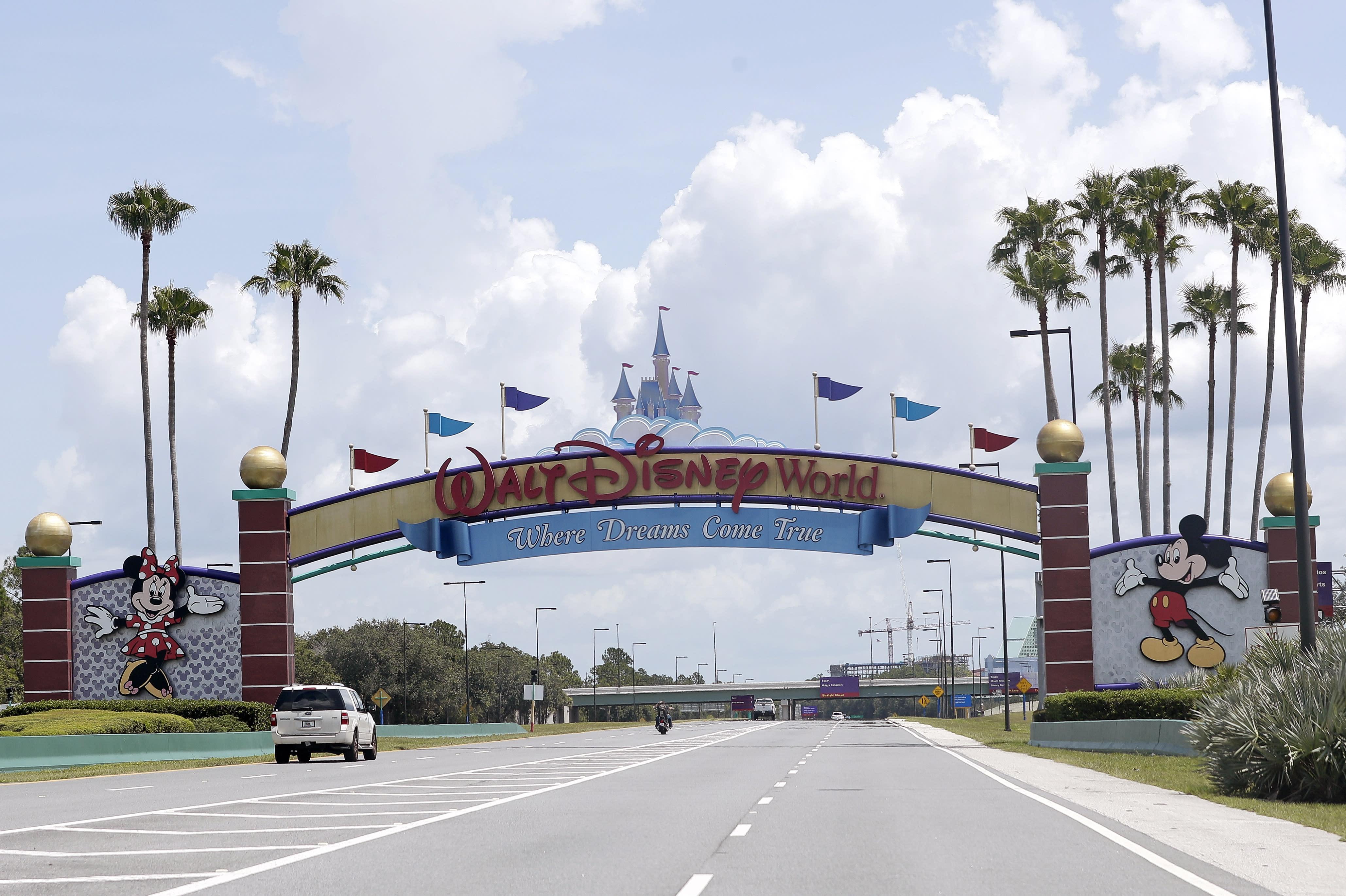 Un hombre fue acusado de atacar a un guardia de Disney