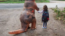 Awesome mom wears dinosaur costume to send daughter off to kindergarten