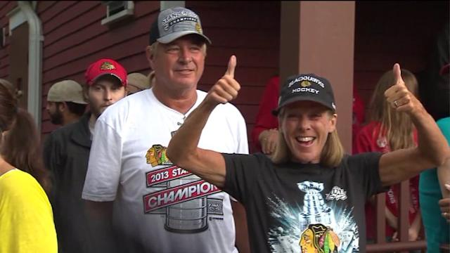 Frenzied Blackhawk fans race to catch glimpse of Stanley Cup