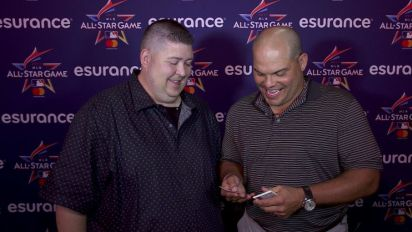 Pudge Rodriguez opens old baseball cards