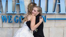 El beso entre Meryl Streep y Cher, el vestido de princesa de Lily James y otros momentazos del estreno de 'Mamma Mia 2'