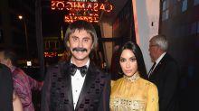 Kim Kardashian enseña abdominales para Halloween y se pasea con un hombre que no es su esposo