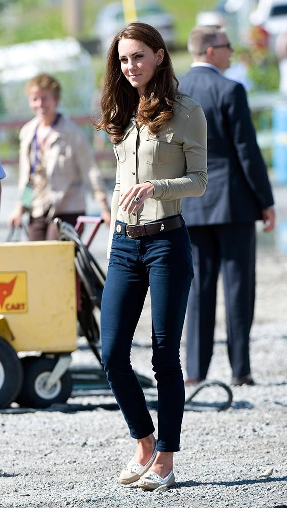 Kate looked cool and casual in boat shoes and jeans.