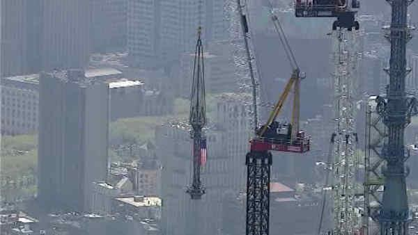 Spire lifted to the roof of the One World Trade Center