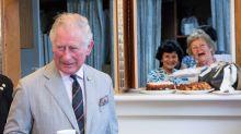 Royale Photobomb: Zwei Kirchgängerinnen schleichen sich auf Foto von Prinz Charles
