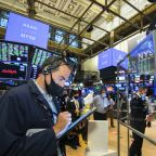 Wall Street rallies to close out strong, but wild quarter