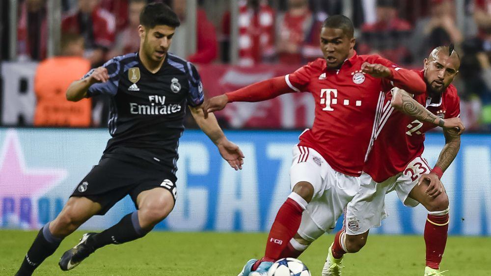 Se tiran de rodillas y tapan la cara - Las mejores reacciones de los fans en la victoria del Real Madrid contra el Bayern