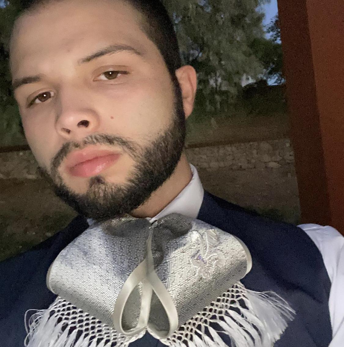 Hijo de Pepe Aguilar revela que no tiene presupuesto para una texana nueva, y luego borra el video