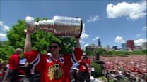Toews brings Stanley Cup on stage at Blackhawks celebration in Chicago