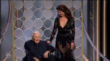 Mira a Kirk Douglas presentando un premio en los Globos de Oro ¡a los 101 años!
