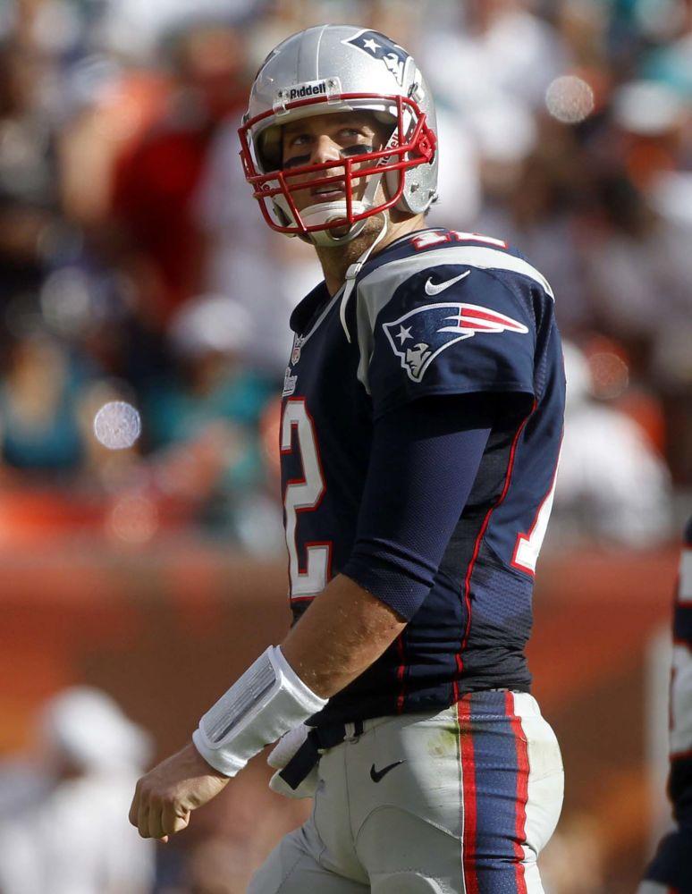 El quarterback de los Patriots de Nueva Inglaterra Tom Brady durante el partido de la NFL ante los Dolphins de Miami el domingo 2 de diciembre de 2012.  (AP Foto/John Bazemore)