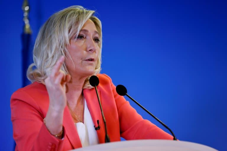 """8 mars: Le Pen défend la """"sécurité"""" des femmes face notamment à l'islam radical"""