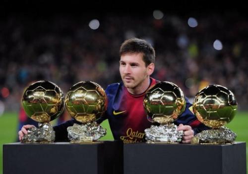 El delantero del Barça Messi posa con sus cuatro Balones de Oro antes del partido contra el Málaga el 16 de enero