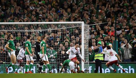 Andreas Christensen festeja tras convertir el primer gol de la selección de fútbol de Dinamarca contra Irlanda