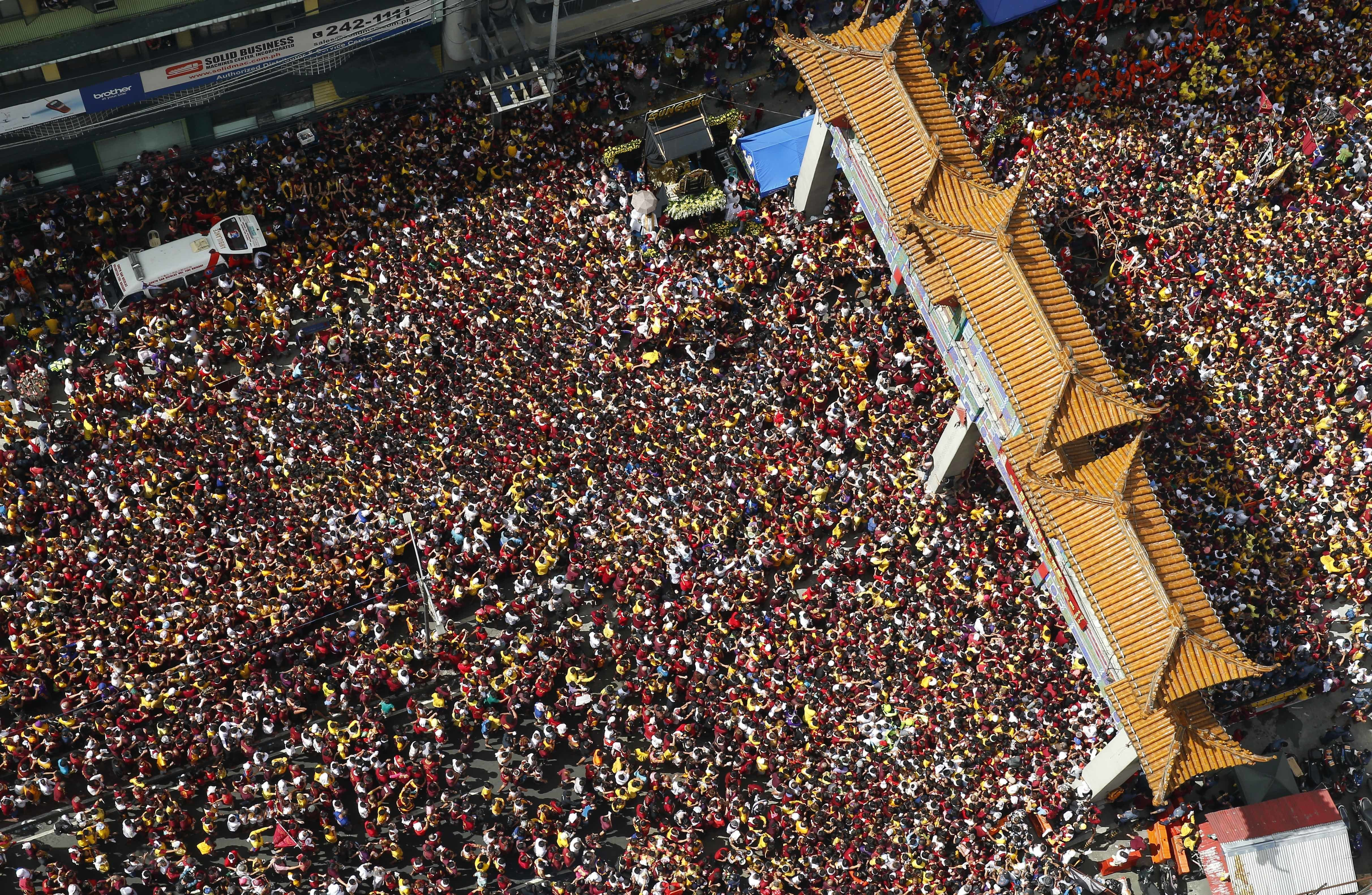 Huge crowd of Filipino Catholics gathers amid terror fears