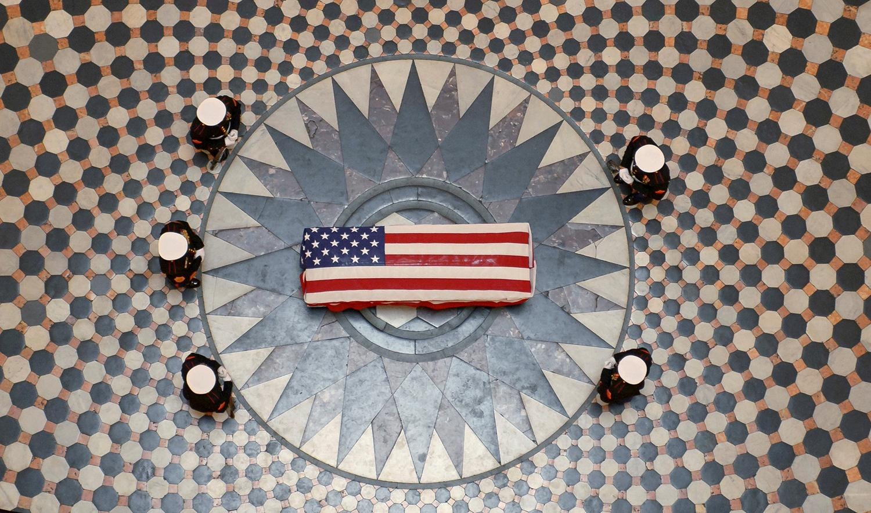 <p>Former astronaut and U.S. Sen. John Glenn lies in state under a Marine honor guard in the rotunda of the Ohio statehouse in Columbus, Dec. 16, 2016. (Photo: NASA/Bill Ingalls/Handout via REUTERS) </p>